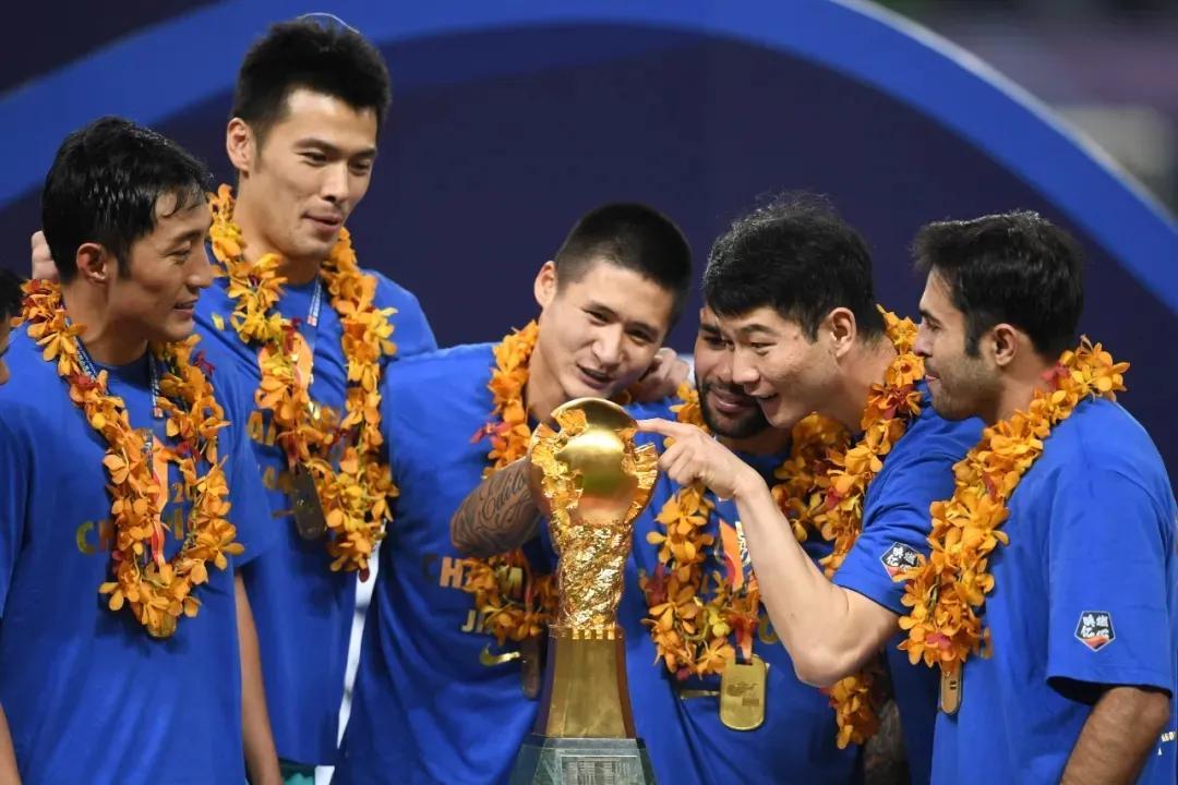 Pemain Jiangsu merayakan kejuaraan Liga Super 2020. Foto: Xinhua.