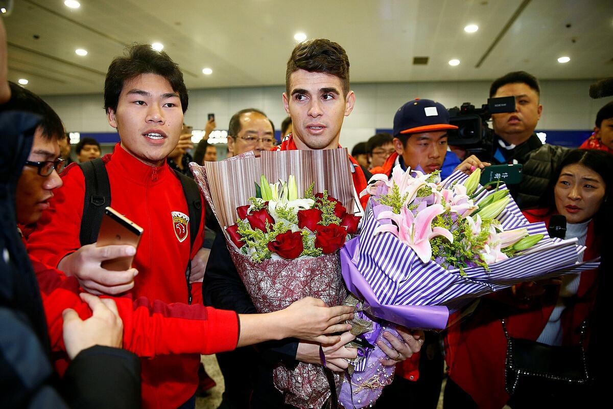 ออสการ์ได้รับการต้อนรับจากแฟน ๆ ที่สนามบินนานาชาติเซี่ยงไฮ้  ปีนั้นกองกลางอายุเพียง 25 ปี  ภาพ: Reuters