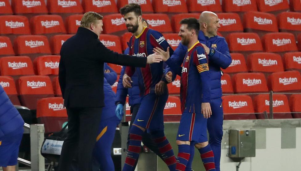 Đội trưởng Messi cùng Pique chia vui với Koeman trước khi vào đường hầm - nơi anh và đồng đội xung đột với lãnh đạo Sevilla.