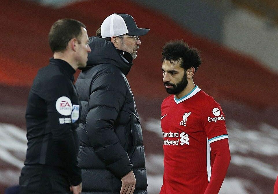 Salah bị rút ra khi trận đấu mới trôi qua một giờ. Ảnh: Reuters.