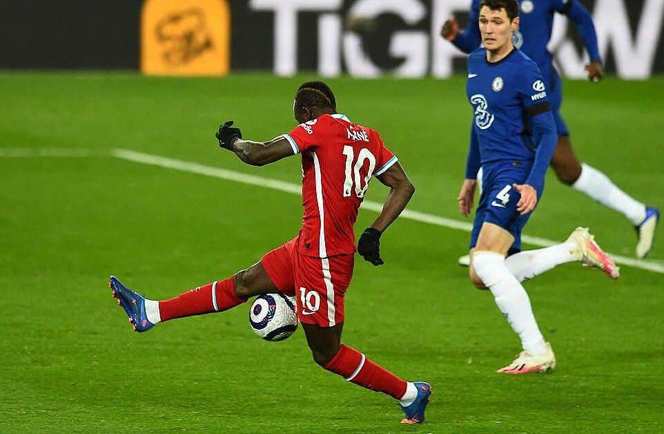 Mane sút trượt bóng trong cấm địa. Nếu chính xác, tiền đạo người Senegal có thể đã mở tỷ số. Ảnh: LFC.