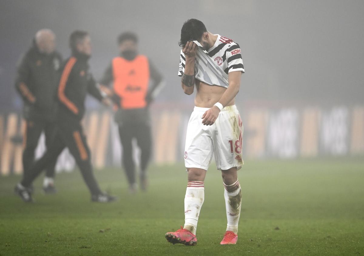 Bruno Fernandes meninggalkan lapangan setelah bermain imbang 0-0 dengan Crystala Palace pada 3 Maret.  Foto: AP