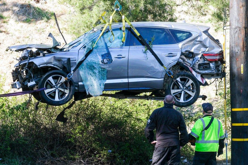 Chiếc xe gặp nạn của Tiger Woods được cẩu khỏi hiện trường hôm 23/2. Ảnh: AP