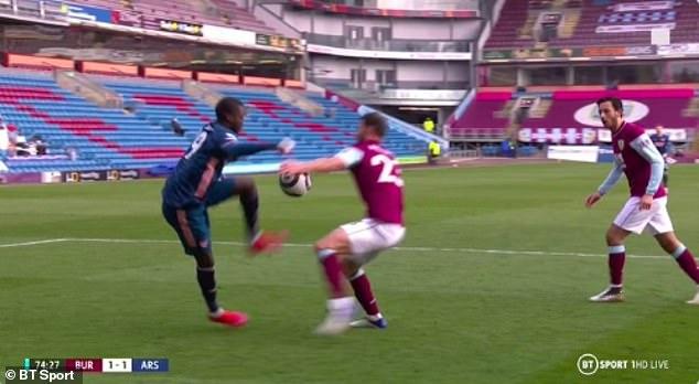 Situasi Pepe membentur bola membentur tangan Pieters tapi Arsenal tidak mendapat penalti.  Foto: BT Sport