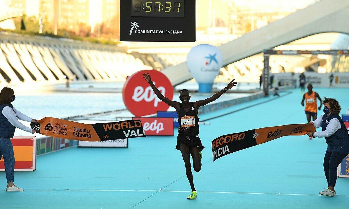 Kibiwott Kandie selesai pada menit 57 menit 32 detik, mencetak rekor dunia untuk setengah maraton putra di Valencia, Spanyol lari pada 6 Desember.