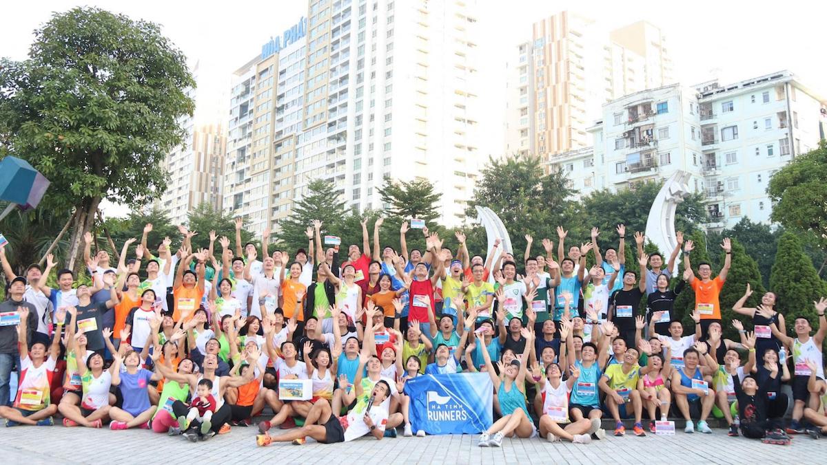 Hồ Lộn Team (áo trắng - đỏ) cùng các câu lạc bộ trong một sự kiện chạy hướng về miền Trung.