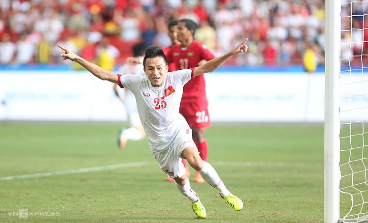 Vo Huy Toan ฉลองเป้าหมายของเขากับเมียนมาร์ในรอบก่อนรองชนะเลิศของซีเกมส์ 2015 ภาพ: Duc Dong