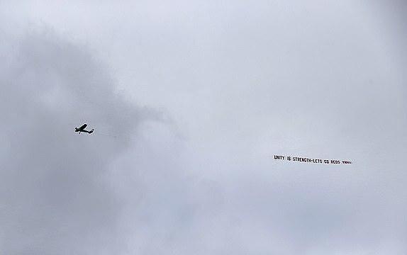 Sebuah pesawat terbang, menarik spanduk untuk mendukung Liverpool saat pertandingan berlangsung - Solidaritas adalah kekuatan.  Maju ke The Reds, Foto: PA.