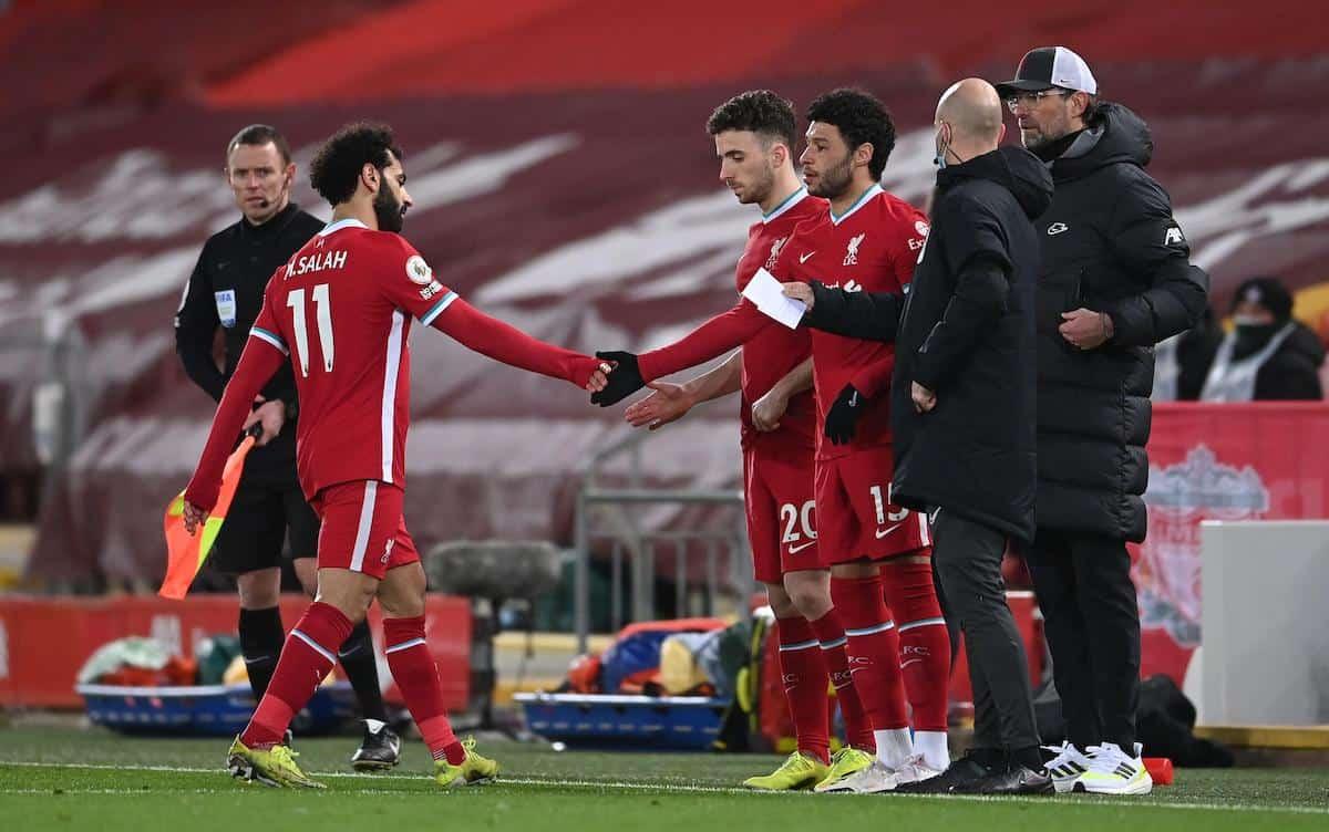 Salah tỏ ra không hài lòng khi bị Klopp rút khỏi sân trong trận thua Chelsea 0-1. Ảnh: PA