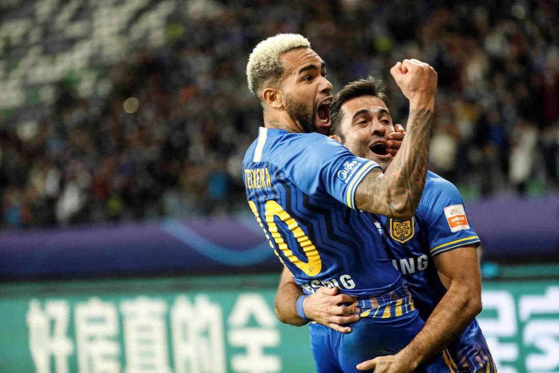 Texeira dan Eder berbagi kegembiraan mereka setelah mencetak gol untuk membantu Jiangsu mengalahkan Guangzhou Hang Dai di final untuk memenangkan CLS pada November 2020.  Foto: AFP