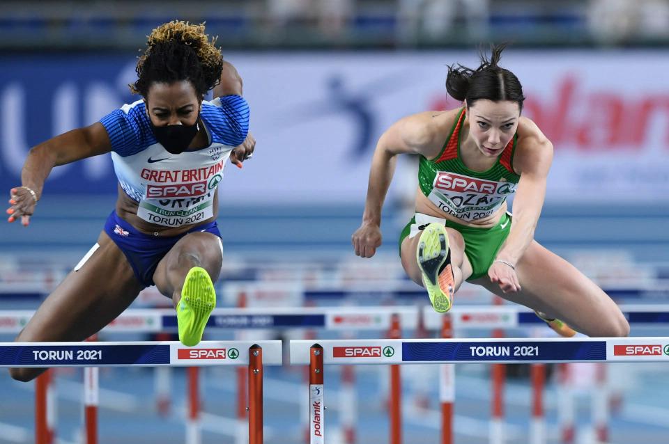 Porter (kiri) di semifinal 60m di Torun, Polandia pada 6 Februari.  Foto: EPA