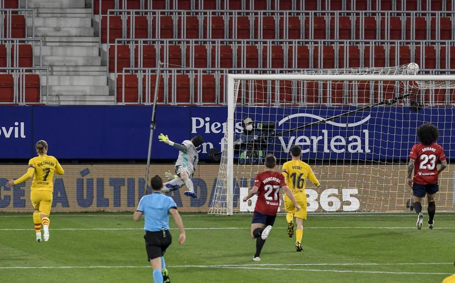 Kiper Herrara tak bisa menyelamatkan meski bola melesat tepat di depan gawang pembuka.