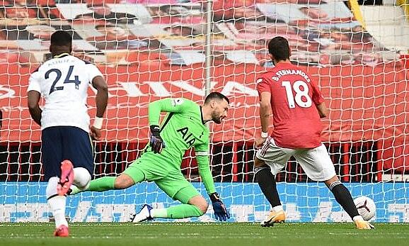 Fernandes mengambil penalti melawan Tottenham dalam kekalahan 1-6 pada 4 Oktober 2020.  Foto: EPA