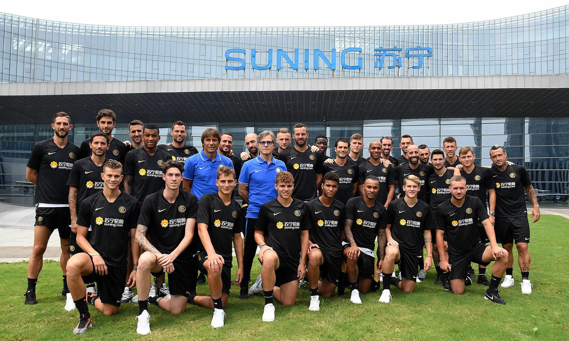 Seluruh tim Inter mengunjungi kantor pusat perusahaan induk Suning di Nanjing, Tiongkok pada Juli 2019.  Foto: Inter.it