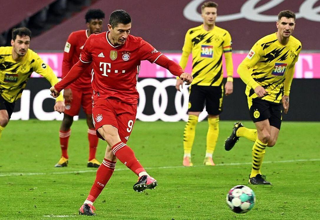 Lewandowski đá phạt đền gỡ hòa 2-2. Ảnh: Reuters