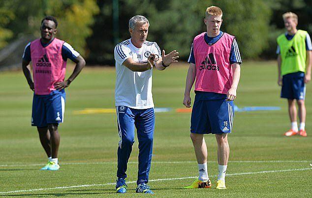 De Bruyne và Mourinho trên sân tập Cobham của Chelsea hồi năm 2013. Ảnh: CFC.