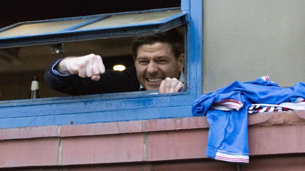 Gerrard berbagi kegembiraannya dari jauh dengan para penggemar setelah Rangers memenangkan kejuaraan.  Foto: Reuters.