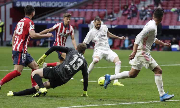 Oblak disingkirkan jika Benzema menyamakan kedudukan untuk Real.  Foto: AP.