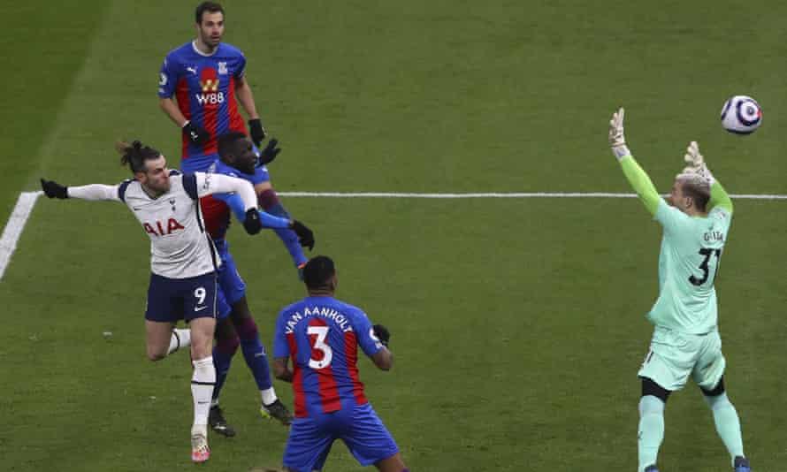 Sundulan Bale masih dekat dengan tembok.  Foto: AP