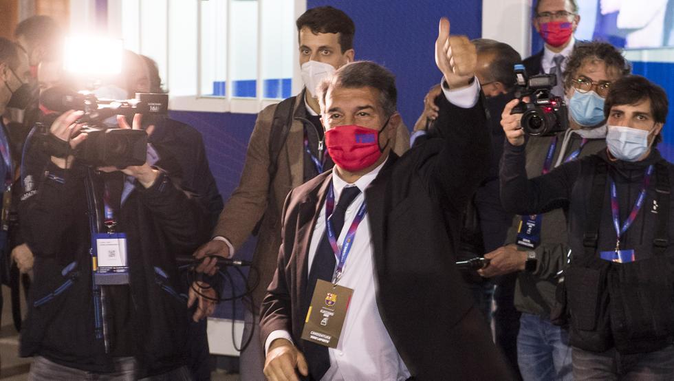 Laporta mengacungkan jari untuk merayakan tahapan kedua sebagai presiden Barca, setelah 2003-2010.  Foto: MD