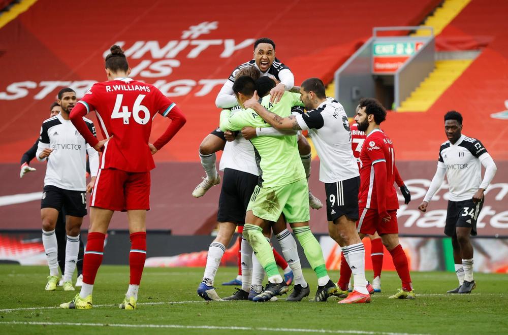 Liverpool (baju merah) kalah dari Fulham, tim ketiga dari bawah ke atas, di kandang sendiri.  Foto: Reuters.