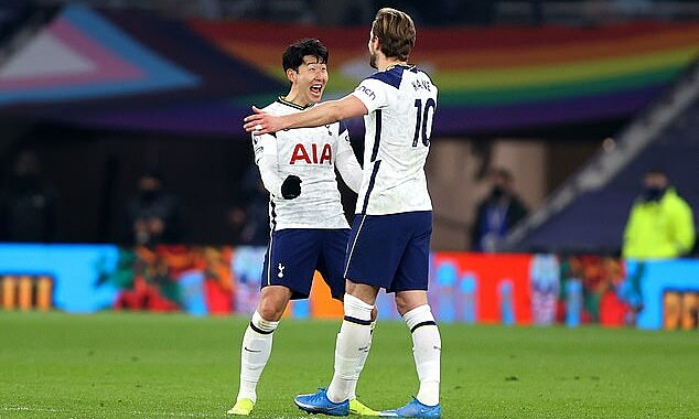 Son (kiri) dan Kane mencetak 42% dari gol Tottenham musim ini.  Foto: AP