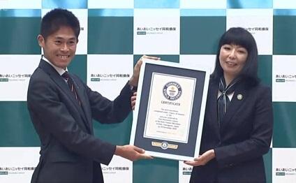 Đại diện Guinness trao chứng nhận cho Yuki Kawauchi. Ảnh: