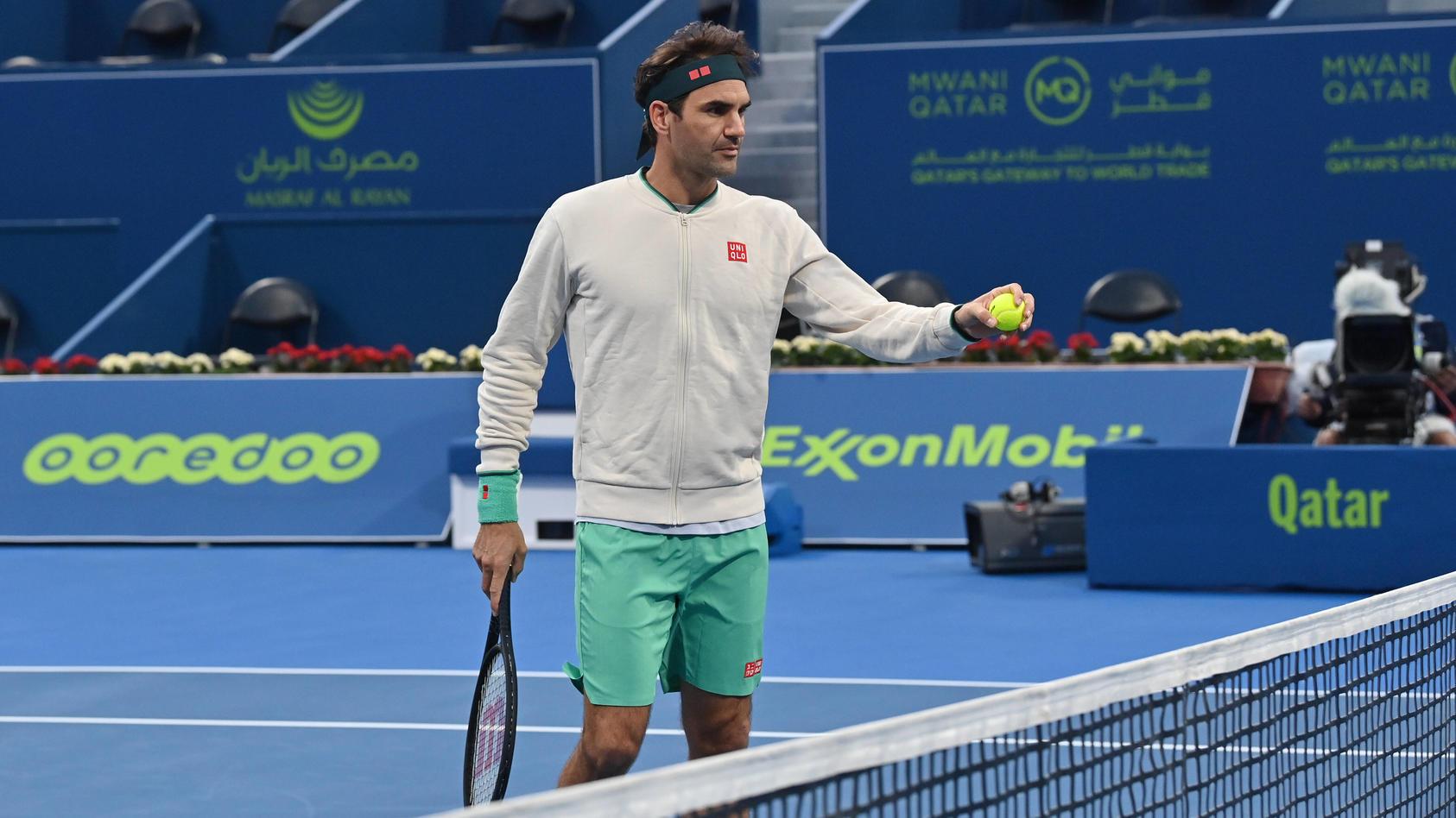 Federer tập luyện tại Doha trước ngày thi đấu. Ảnh: AP.