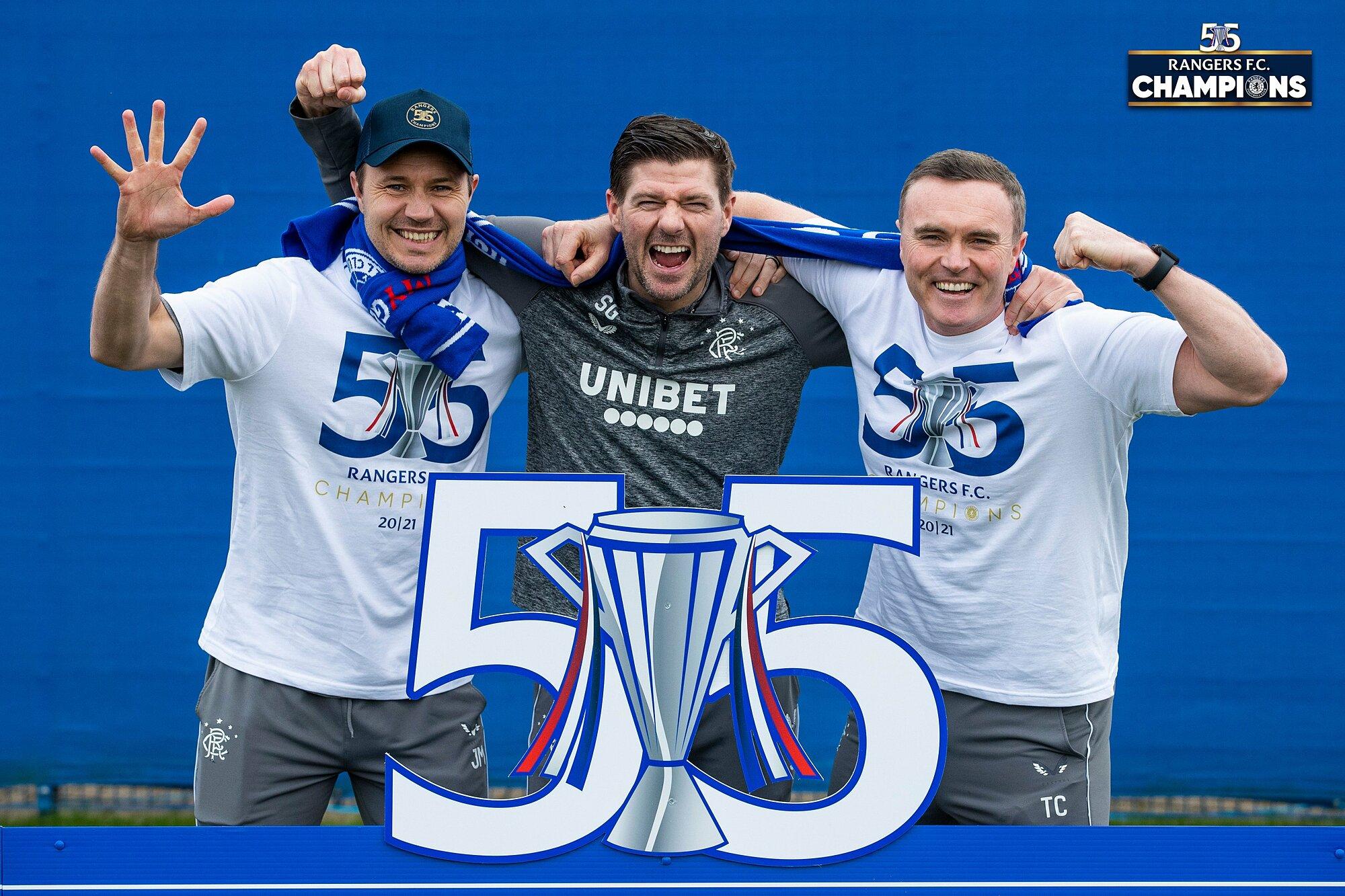 Gerrard (tengah) dan siswa Rangers merayakan kejuaraan Skotlandia pada 8/3.  Foto: Rangers FC