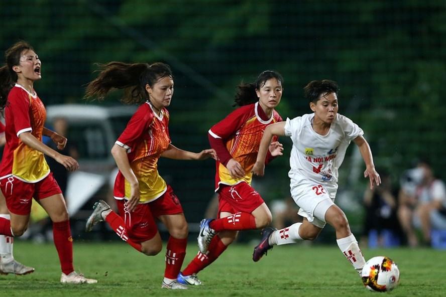 Tim putri Son La (baju merah) berlaga di gaiir putri nasional U19 pada tahun 2020.