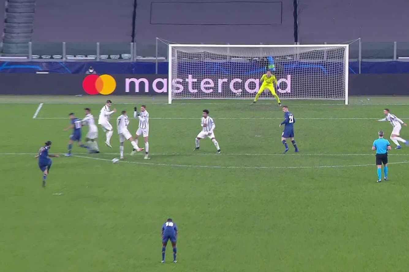 Pemain Juventus itu melompat tanpa mengamati, mengarah ke gol kedua.  Screenshot.