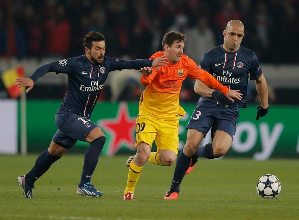 Messi mengoper bola melewati Lavezzi dan Alex dalam hasil imbang 2-2 di Parc des Princes pada 2 April 2013.