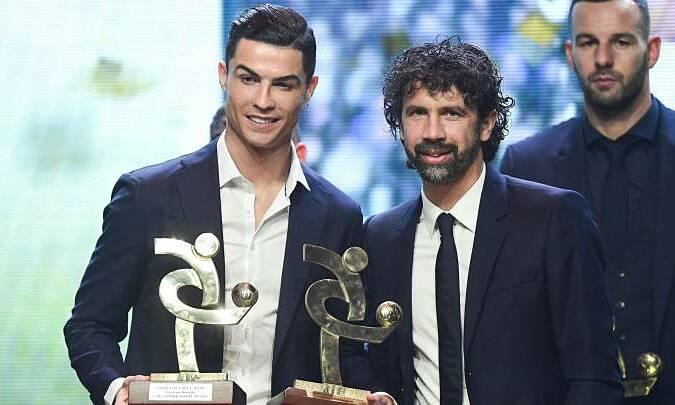 Ronaldo (kiri) mengalahkan Paratici dalam upacara penghargaan individu Serie A pada 2019. Foto: AFP