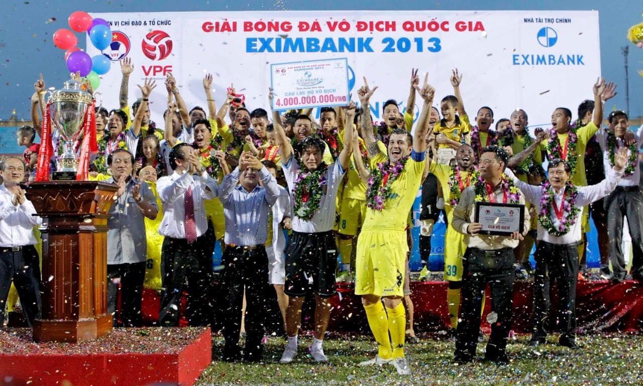 Cristiano dan rekan satu timnya merayakan kemenangan Hanoi di V-League pada 2013.