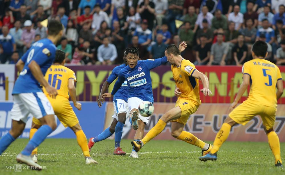 Dalam balutan seragam Quang Ninh, Mac Hong Quan menendang seorang gelandang, alih-alih memainkan striker seperti saat ia baru kembali dari Republik Ceko ke Vietnam.  Foto: Lam Thoa