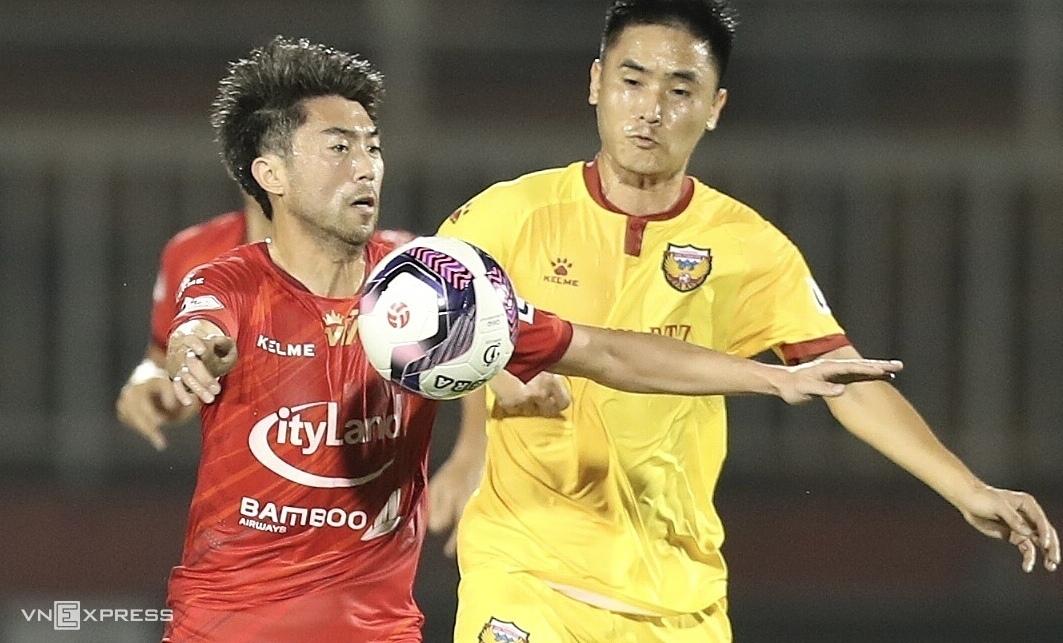 Lee Nguyễn thi đấu trong trận thắng Hà Tĩnh 2-0 trên Thống Nhất ngày 24/1.