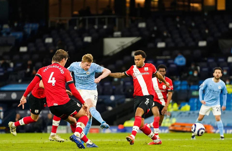 De Bruyne ghi bàn thứ hai cho riêng anh và ấn định thắng lợi 5-2 cho Man City hôm 10/3. Ảnh: Rex