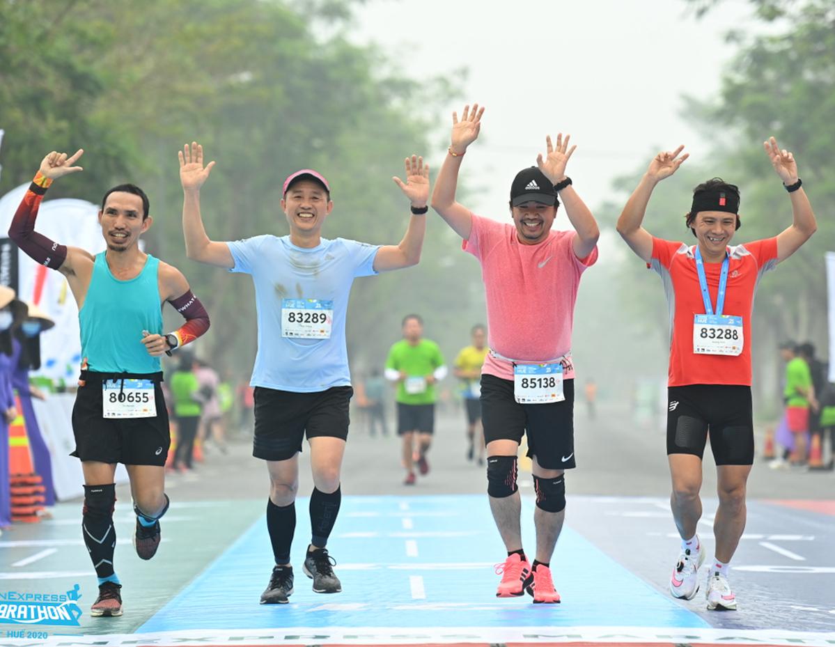 Vận động viên về đích VnExpress Marathon Huế 2020.