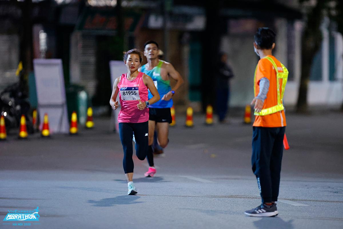 Nguyễn Thị Oanh (áo hồng) trên đường chạy VnExpress Marathon Hanoi Midnight. Ảnh: VnExpress Marathon.