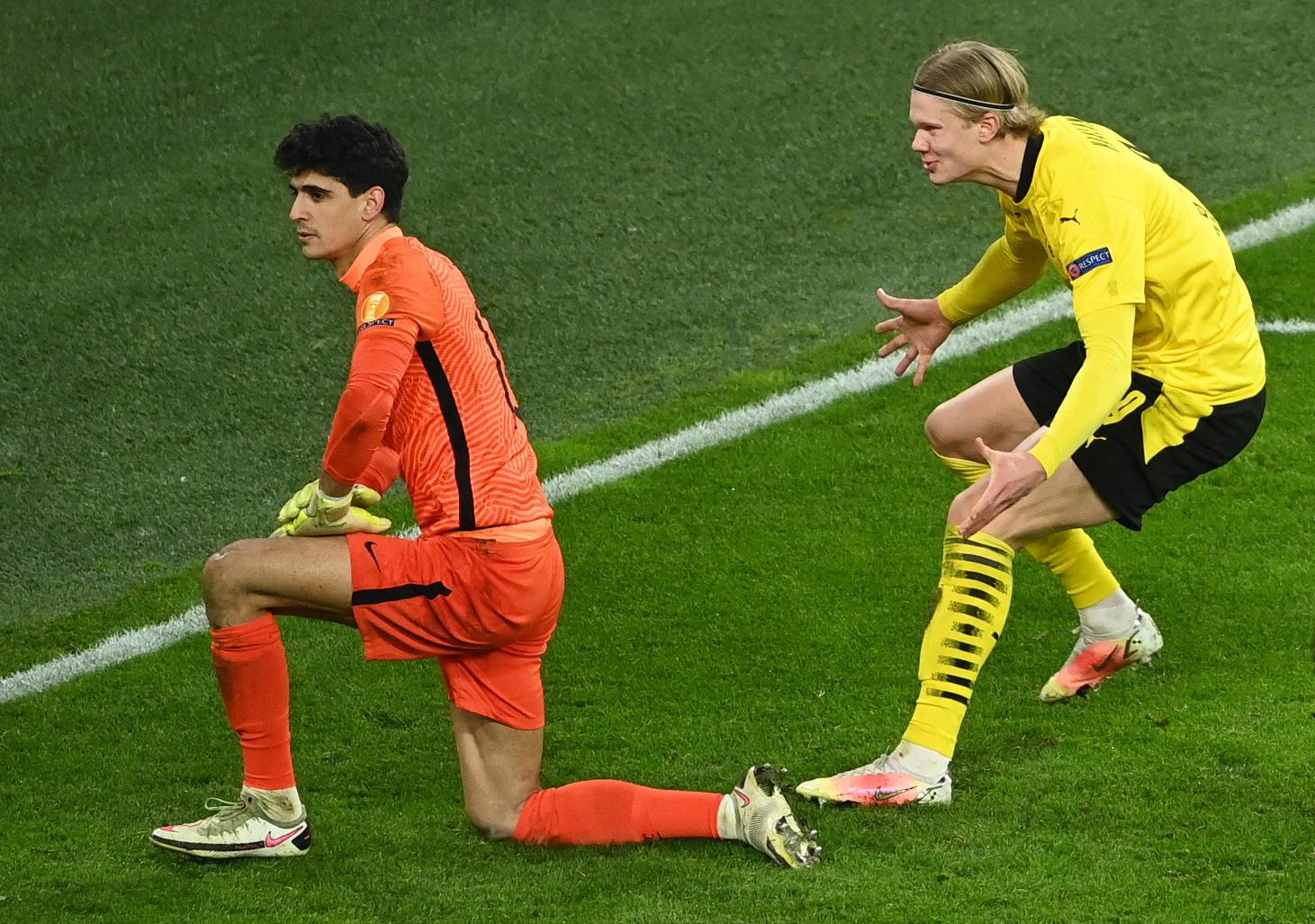 Haaland hét Kiricocho vào Bono sau khi đánh bại thủ môn này trên chấm 11 mét. Ảnh: Reuters