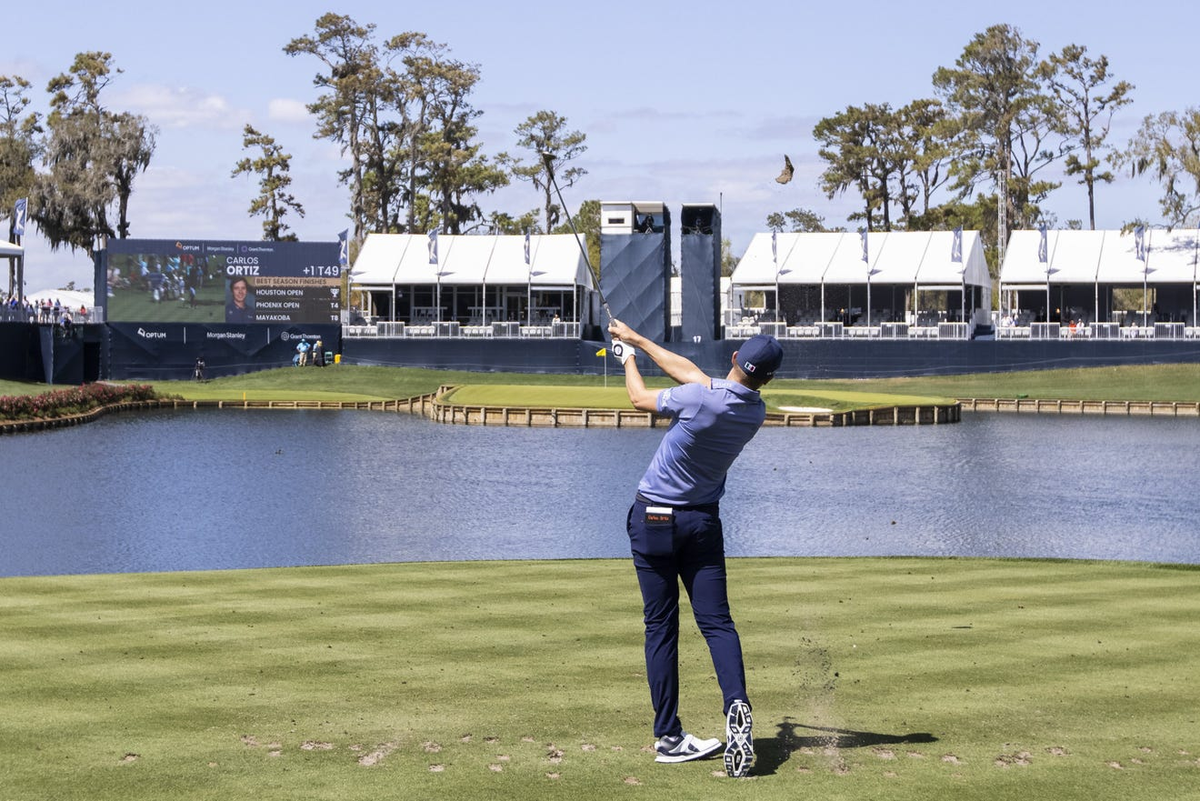 Carlos Ortiz has a shot at hole 17. Photo: Florida Times