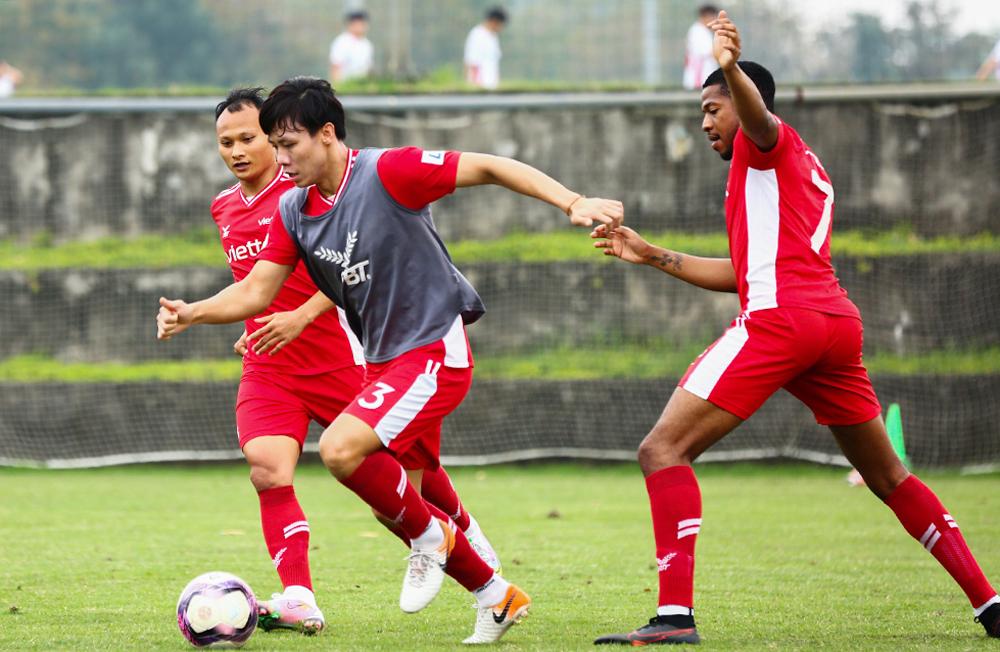 Que Ngoc Hai berlatih bersama klub Viettel pada sore hari tanggal 12 Maret.
