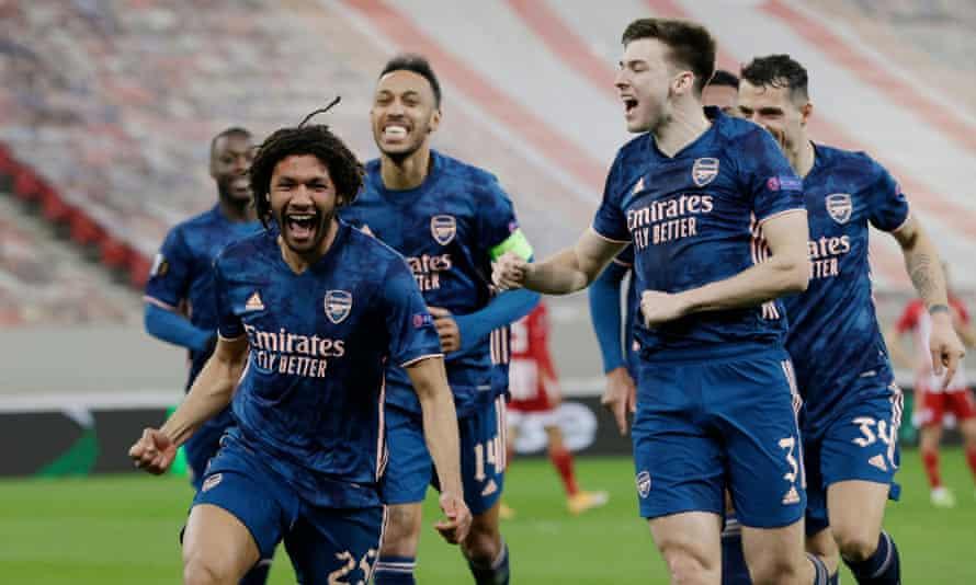 Elneny (ซ้าย) ฉลองชัยชนะ 3-1 ให้กับผู้มาเยือนของอาร์เซนอล  ภาพ: Reuters