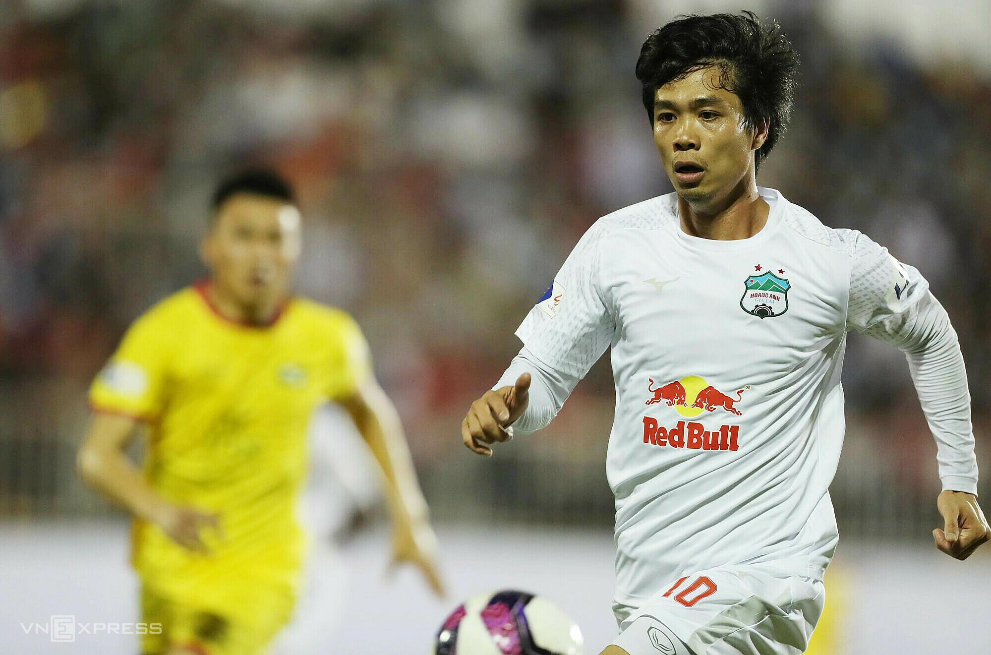 Tertegun setelah dua putaran V-League 2021, tapi Cong Phuong tak peduli dengan menjuarai tim tuan rumah.  Foto: Duc Dong.