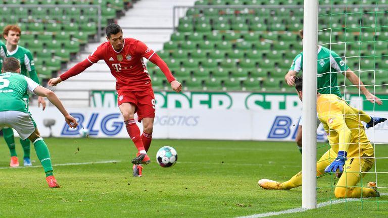 Lewandowski melepaskan tembakan tapi melewatkan banyak peluang untuk menambah rekor skor.  Foto: Imago.