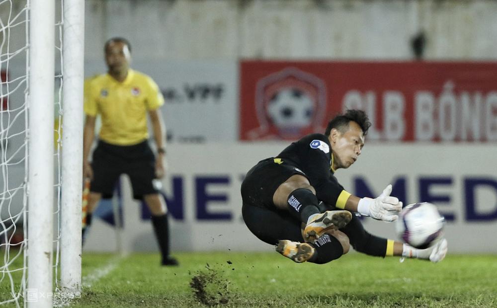 Bui Tan Truong สกัดกั้นการเตะระยะ 11 เมตรได้สำเร็จในการแข่งขันที่ฮานอยชนะ 2-0 ที่ Lach Tray เมื่อวันที่ 13 มีนาคม