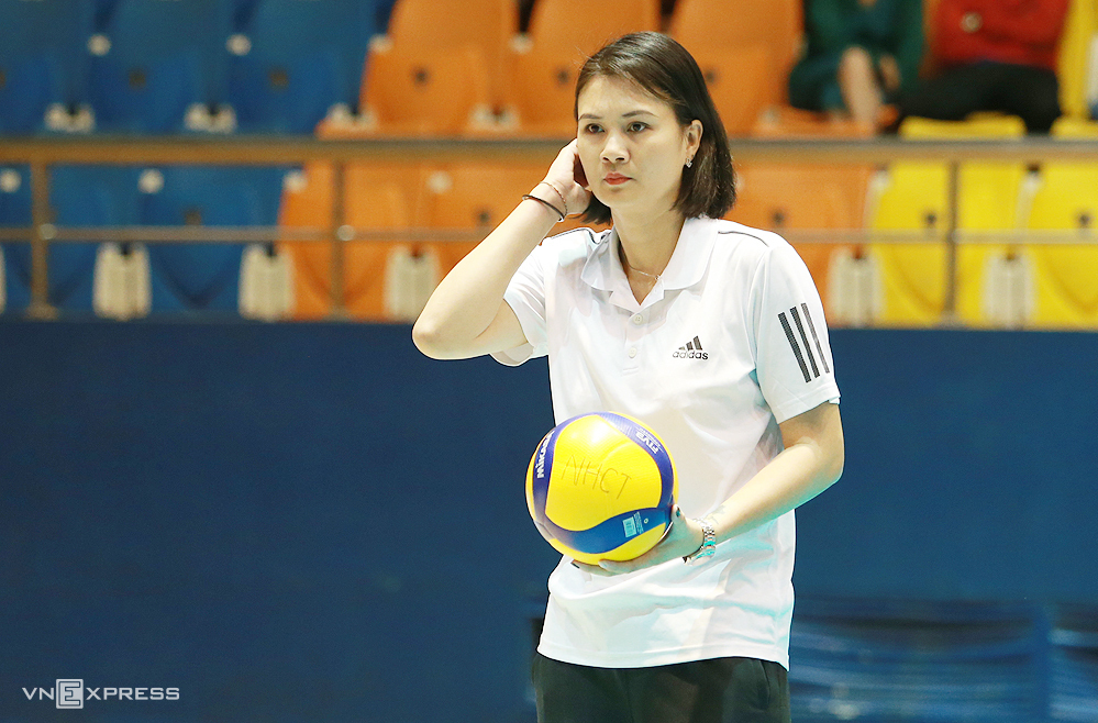 Coach Kim Hue when leading the Industrial and Commercial Bank in the 2-3 defeat to Vinh Phuc on March 7.  Photo: Lam Thoa