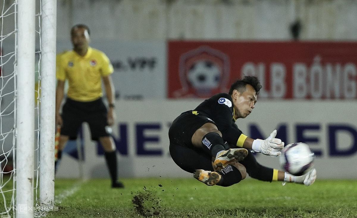 Kiper Tan Truong berhasil memblok bola 11m, membuka kemenangan bagi Hanoi.  Foto: Lam Tho.