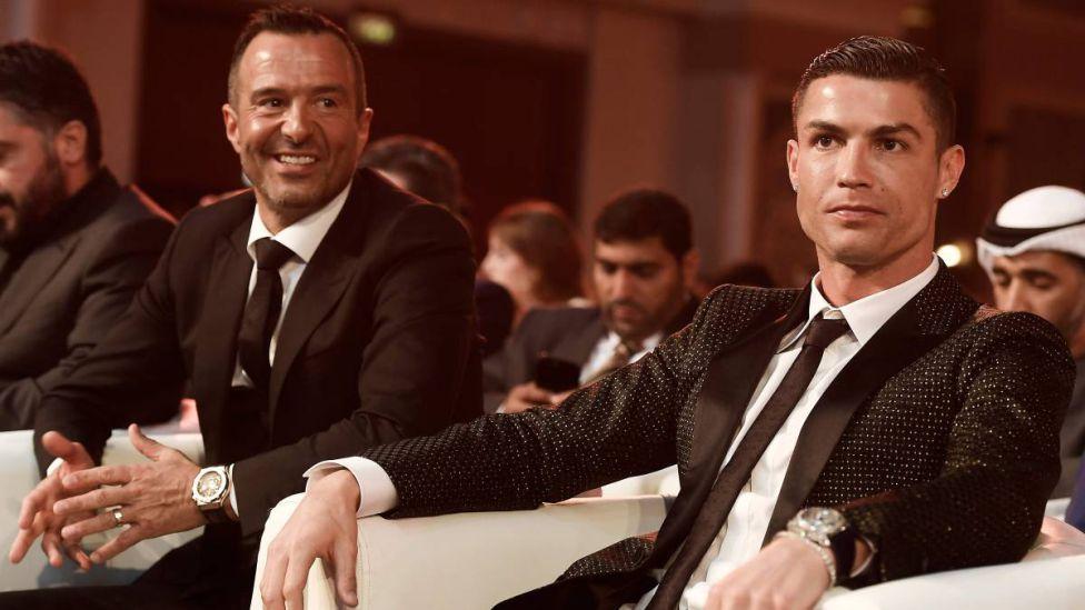 Mendes dan Ronaldo saat menghadiri penghargaan sepak bola Asia.