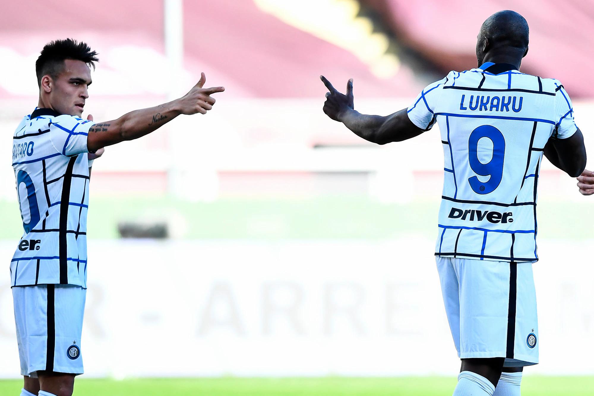 Lukaku berbagi kegembiraannya dengan rekan-rekan setimnya usai gol pembuka dari titik penalti pada menit ke-62. Foto: www.imagephotoagency.it